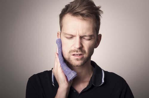 Почему болят зубы после имплантации